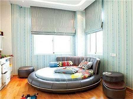 Điểm nhấn trong căn phòng chính là chiếc giường ngủ hình tròn độc đáo và cá tính.