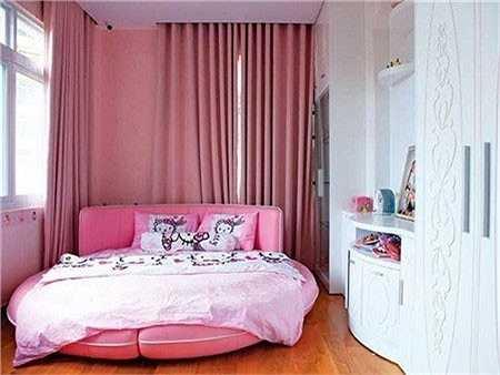 Nếu phòng ngủ của cậu nhóc Anh Kiệt được trang trí với gam màu khá lạnh và cá tính thì không gian riêng của Huyền Anh lại ấm áp với tông hồng ngọt ngào.