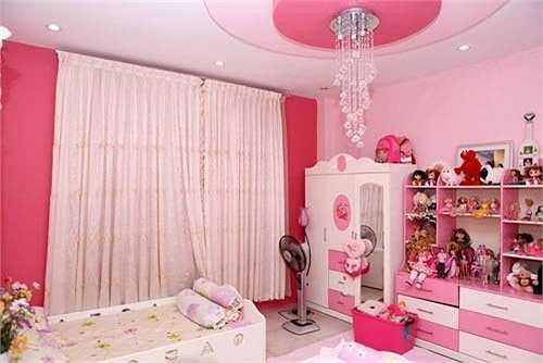 Mỹ Lệ có hai nàng công chúa nên cô đã đặt thiết kế cho hai bé nhà mình một phòng ngủ màu hồng rất dễ thương. Misa và Misu sở hữu chung một phòng ngủ với hai chiếc giường kê song song.