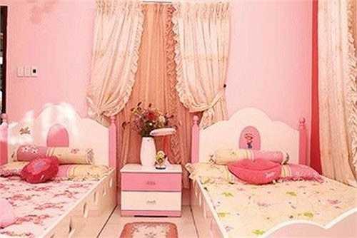 Cũng giống như phòng ngủ của con cái nhiều sao Việt khác, phòng ngủ của hai bé nhà Mỹ Lệ được bài trí với tông màu hồng - trắng điệu đà, nữ tính. Hai bé sở hữu rất nhiều búp bê và thú nhồi bông.  (Nguồn: Gia đình và xã hội)