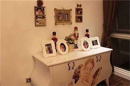 Nữ diễn viên Áo lụa Hà Đông cũng đặt rất nhiều hình ảnh của con gái trong căn phòng ấm áp này.