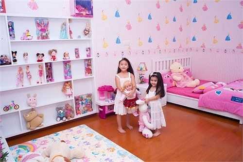 Lọ Lem và Hạt dẻ từng ở chung phòng trước khi bố Quyền Linh thiết kế riêng một căn phòng màu vàng cũng vô cùng xinh xắn cho cô em Hạt Dẻ.