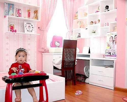 Hệ thống kệ tủ với rất nhiều rất búp bê là mơ ước của bất cứ cô bé nào.