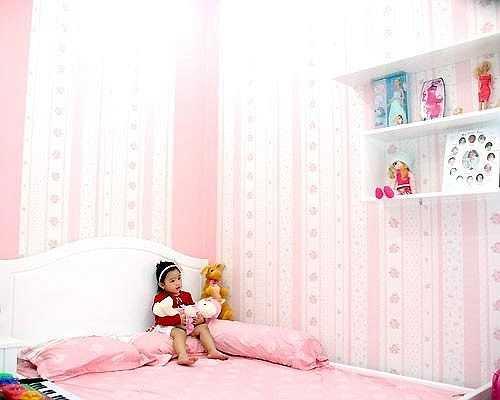 Căn phòng ngập tràn màu hồng nữ tính.