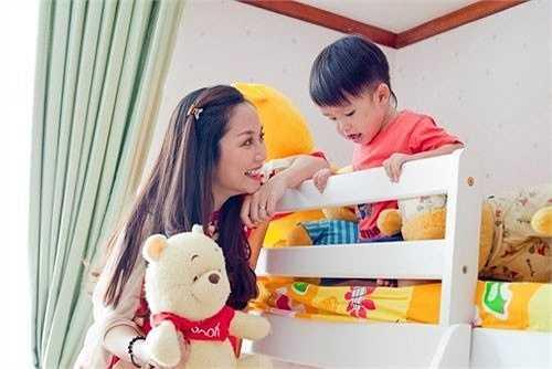 Phòng ngủ của bé Coca nhà ốc Thanh Vân ngập tràn màu sắc, từ thảm trải phòng cho đến giấy dán tường đều ánh lên sắc màu tươi sáng.