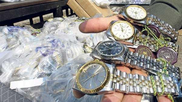 Những đồng hồ nhái bày bán công khai tại Bangkok. Ảnh: CNN
