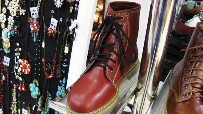 Những đôi giày nhái Doctor Martens bán tại một siêu thị ở Bangkok. Ảnh: CNN