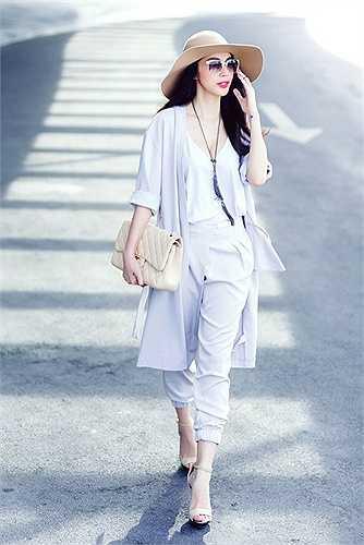 Thủy Tiên mát mắt trong set đồ màu pastel phù hợp với tiết trời nắng nóng của Sài thành.