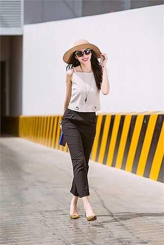 Cô sử dụng giầy ánh kim cùng cluth màu xanh coban để tăng thêm sự nổi bật cho set đồ.