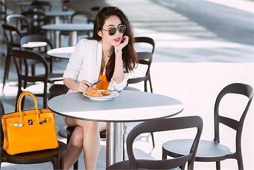 Nữ ca sỹ như một 'tiểu thư thời trang đường phố' với áo blazer mix cùng chân váy sequin, áo hai dây màu vàng cùng tệp màu với túi Hermes Birkin trở thành điểm nhấn vô cùng thú vị.