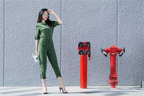Nữ ca sỹ sinh năm 1985 khỏe khoắn và năng động với jumpsuit màu xanh quân đội, cô đeo mắt kính tráng gương của để làm điểm nhấn.