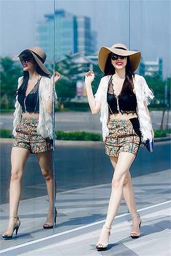 Thủy Tiên mix quần short họa tiết với áo crop top dạng ren và áo khoác ngoài tua rua. Vẻ đẹp cơ thể của bà xã Công Vinh được khoe khéo một cách tối đa nhưng vẫn giữ được sự thanh lịch.