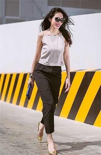 Thủy Tiên như một nàng công sở tươi tắn dưới phố trong chiếc áo màu nude mix cùng quần vải đen.