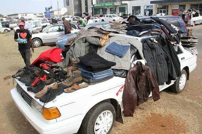 1. Bán quần áo: Người bán thường bày hàng ngay tại đường phố hay trên chính những chiếc xe của họ. Theo Trung tâm Nghiên cứu và Phân tích thị trường Zimbabwe, do địa chỉ bán hàng không cố định nên việc thống kê chính xác số lượng những người làm nghề này là bất khả thi.