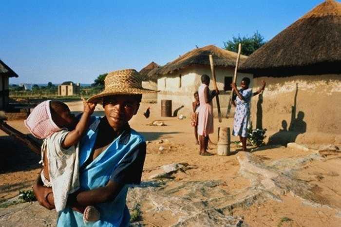 4. Chăm sóc trẻ em: Nằm trong khuôn khổ các dự án nhân đạo, nhiều người ở Zimbabwe có thể kiếm tiền từ việc giúp đỡ cộng đồng, ví dụ như chăm sóc trẻ sơ sinh bị bỏ rơi.
