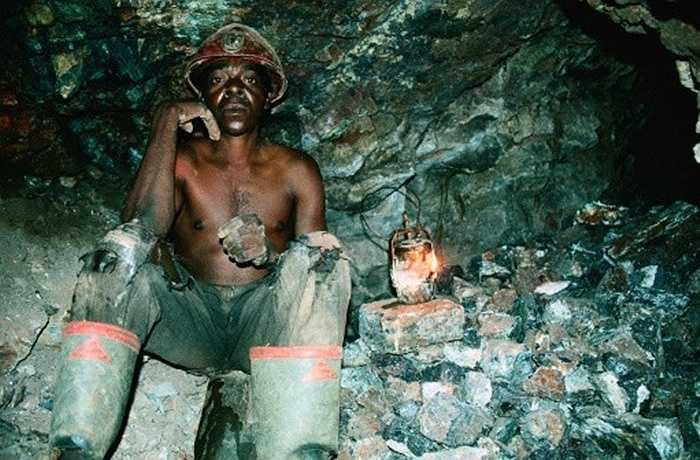 5. Thợ mỏ: Zimbabwe là quốc gia khá giàu có về khoáng sản như vàng, bạc, crôm, platium, niken và amiăng. Trong ảnh là người thợ khai thác crôm ở Great Dyke, khu quặng chạy dọc từ Bắc đến Nam, xuyên qua vùng trung tâm của Zimbabwe.