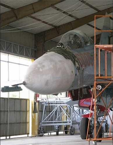 Ngay sau đó đèn báo cháy bật sáng cùng với lệnh 'Nhảy dù!', nhưng thay vì ấn nút bung dù, anh lại ấn nút… tăng lực động cơ, cho máy bay vọt lên độ cao 1.000 m.