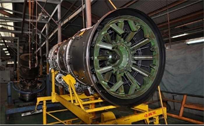 """Theo các điều khoản hợp đồng được ký kết, việc sửa chữa động cơ AL-31F của Nga sẽ được tiến hành tại nhà máy sửa chữa """"Động cơ"""" ở Lusk. Ngoài sửa chữa, theo một hợp đồng riêng, phía Nga sẽ cũng cung cấp tư vấn kỹ thuật cho các đồng nghiệp Việt Nam sửa chữa động cơ AL-31F. Trong ảnh: Động cơ của tiêm kích MiG-21. (Nguồn: Đất Việt)"""