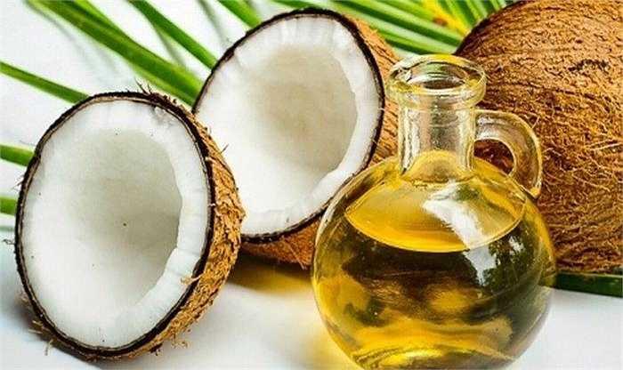 Súc miệng bằng dầu dừa vào mỗi buổi sáng sẽ giúp bạn chăm sóc răng miệng. Bạn cũng có thể dùng dầu dừa chà lên răng và để trong 1 giờ sau đó súc miệng và đánh răng như bình thường.