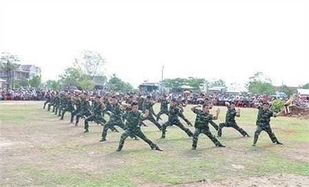 Đông đảo khán giả có mặt tại buổi biểu diễn võ thuật và chó chiến đấu của bộ đội biên phòng vừa diễn ra tại xã Krông Na (huyện Buôn Đôn, tỉnh Daklak), đã mãn nhãn khi được thưởng lãm những màn biểu diễn võ thuật đặc sắc của những chiến sĩ biên phòng tỉnh.