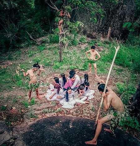 Không may 'chạm mặt' các thổ dân.