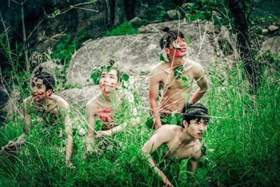 Mới đây, bộ ảnh kỷ yếu mang hơi thở núi rừng có tên 'Trở về miền hoang dã' của các bạn học sinh lớp 12A10, trường THPT Trần Quốc Tuấn (Gia Lai) khiến cộng đồng mạng xôn xao bởi sự phá cách và độc, lạ.