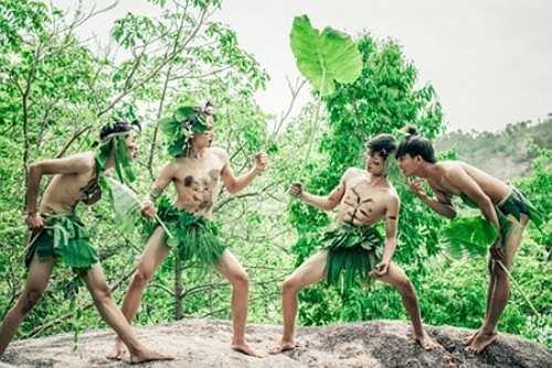 Các bạn học sinh Gia Lai không ngần ngại sử dụng lá cây, đóng khố để vào vai thổ dân. Tuy vậy, có ý kiến cho rằng cách thể hiện của các bạn đã 'quá lố'