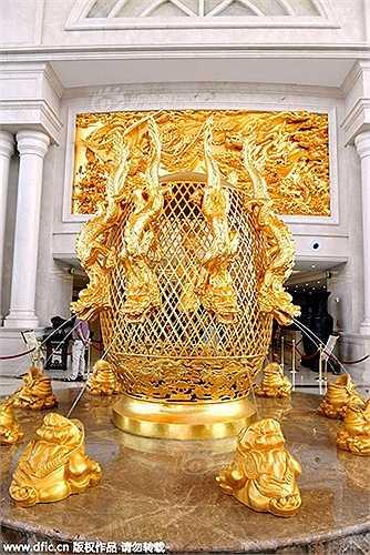 Công trình này được xây dựng nhân dịp 50 năm thành lập làng. Một tiểu cảnh dát vàng ở sảnh khách sạn