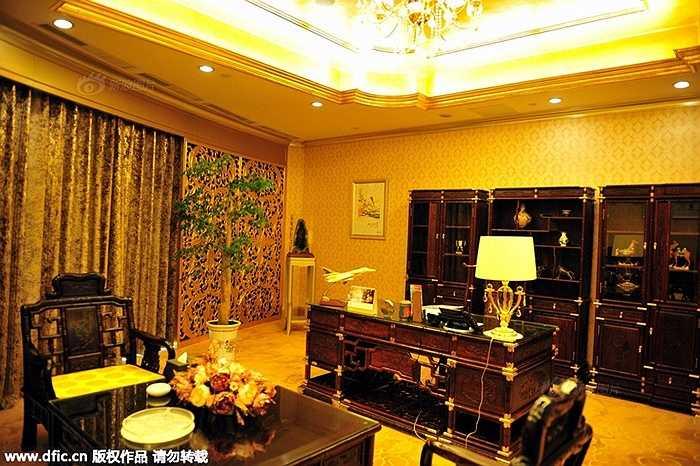 Phòng Tổng thống bên trong khách sạn với nội thất sang trọng, dát vàng lấp lánh