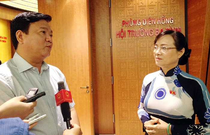 Bộ trưởng Đinh La Thăng và đại biểu Nguyễn Thị Quyết Tâm