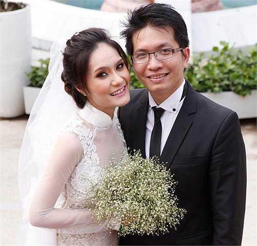 Trong lễ cưới của em gái, giọng ca Bên nhau trọn đời không có mặt vì bận việc. Cô dâu được chú rể trao cho chiếc nhẫn cưới trị giá 1 tỷ đồng.
