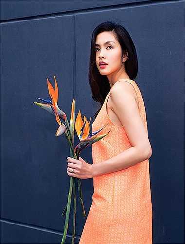 Stylist Quang Tuyến, người anh thân thiết với nàng ngọc nữ liên tiếp chia sẻ khoảnh khắc Hà Tăng làm người mẫu quảng cáo bộ sưu tập mới cho thương hiệu thời trang riêng của cô. Quang Tuyến tiết lộ, cô Trúc thực hiện bộ ảnh vào thời điểm mới sinh con được hơn 1 tháng.