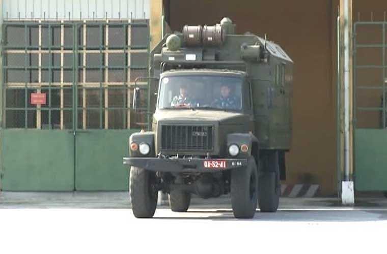 Đầu những năm 2000, Việt Nam đã nhập khẩu từ Nga hai hệ thống tên lửa phòng không S-300PMU1 cực kỳ hiện đại. Hiện một trong hai hệ thống này được trang bị cho Trung đoàn 64 (Sư đoàn 361, Quân chủng PK-KQ) được thành lập ngày 18/2/2013 trên cơ sở sáp nhập Tiểu đoàn 5, Tiểu đoàn 172 và Tiểu đoàn tên lửa 64. Ảnh: xe khí tài thuộc hệ thống S-300PMU1 rời nhà chứa ra trận địa triển khai chiến đấu.