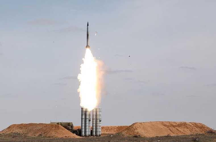Hệ thống tên lửa phòng không S-300PMU1 có khả năng tiêu diệt vật thể bay là máy bay, tên lửa hành trình chiến lược, tên lửa chiến thuật hiện đại và các mục tiêu bay trên không với tốc độ lên đến 2.800m/giây ở cự ly từ 5-150km, độ cao tối đa đến 27km. Ảnh: hệ thống S-300 của Nga bắn thử nghiệm. - Nguồn: Kiến thức