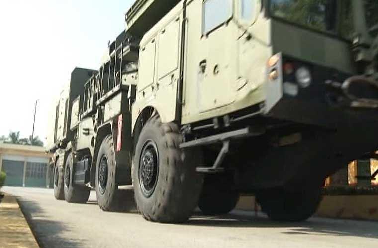 Tiếp sau đó là xe radar điều khiển hỏa lực, radar trinh sát/giám sát. Toàn bộ vũ khí khí tài hệ thống S-300PMU1 đều được đặt trên các xe bánh lốp đem lại khả năng cơ động cao, triển khai/thu hồi nhanh chóng.