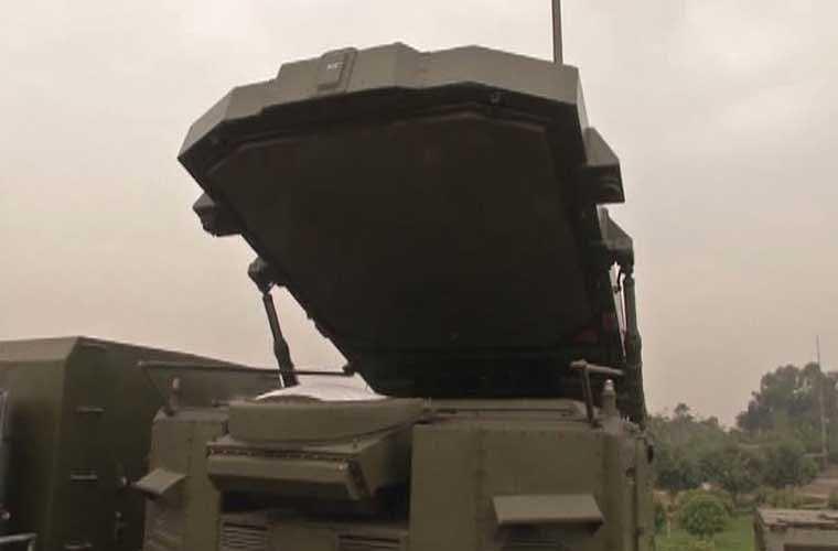 30N6E là radar mạng pha 3D làm nhiệm vụ theo dõi mục tiêu, dẫn hướng cho tên lửa tấn công mục tiêu. Nó có thể theo dõi đồng thời 100 mục tiêu ở cự ly 300 km, độ cao tối đa 30 km. Ảnh: anten radar 30N6E đang được dựng lên.