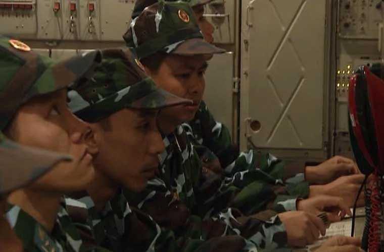 Bên trong xe điều khiển hệ thống S-300PMU1.