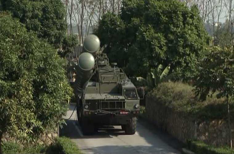 Xe mang bệ phóng tên lửa S-300PMU1 dựng ống phóng tại vị trí triển khai trận địa. Một hệ thống S-300PMU1 được biên chế 12 xe phóng, mỗi xe lắp 4 đạn tên lửa.