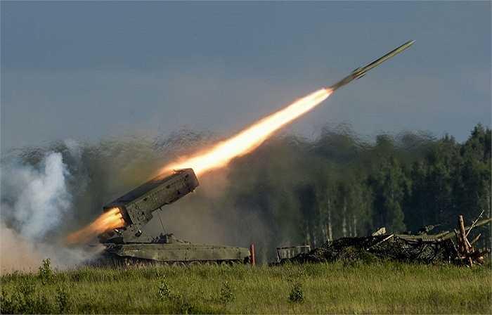 Pháo phản lực tự hành TOS-1A được thiết kế để tiêu diệt lính bộ binh đối phương trong công sự, tại nơi có địa hình trống trải