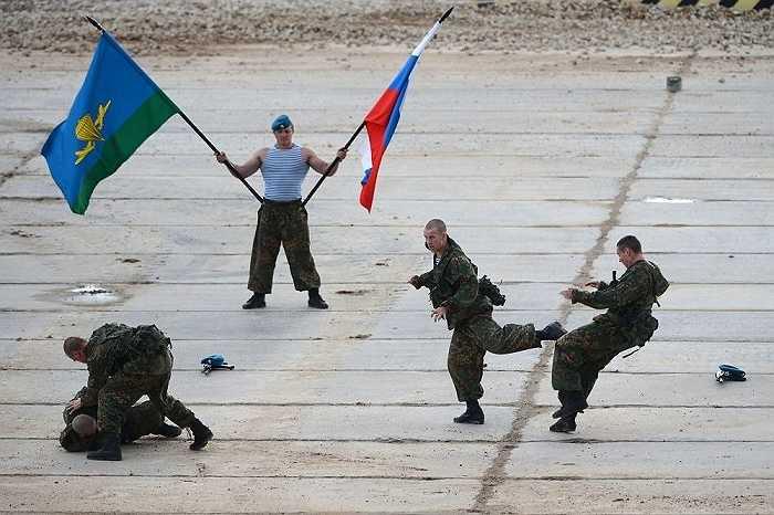Binh lính Nga trình diễn tại triển lãm