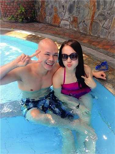 Thái Ngọc Bích, vợ nam ca sỹ 'đầu trọc' Phan Đinh Tùng khoe vẻ đẹp gợi cảm trong bộ bikini hồng.