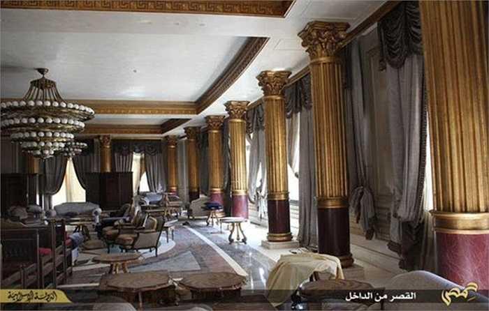 Các cột trụ ở trong cung điện đều được dát vàng lá hoa lệ.