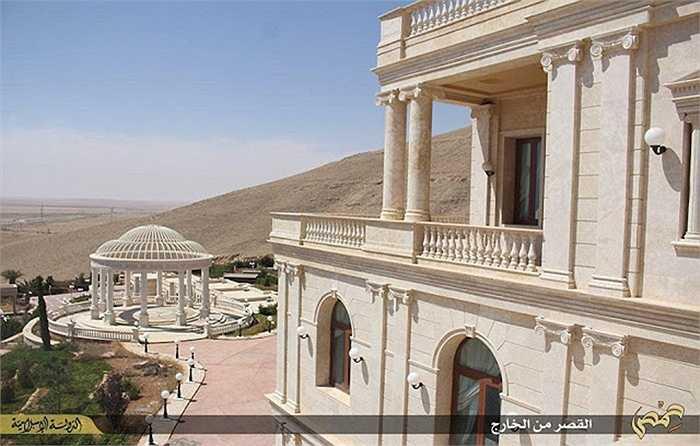 Các trang web truyền thông xã hội các đạo quân thánh chiến này đã đăng hình ảnh của căn biệt thự hoành tráng, với dòng miêu tả: 'Lâu đài cho các bạo chúa của Qatar ở Palmyra'.