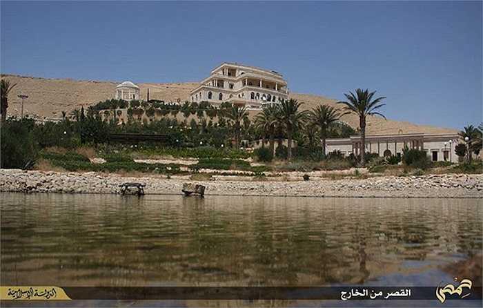 Cảnh sắc của cung điện này còn được tô điểm với khu vườn sinh cảnh tuyệt đẹp và bể bơi hiện đại.