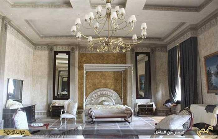 Phòng ngủ cũng được trang hoàng theo phong cách hoàng gia, với đặc trưng là tông màu trắng sang trọng với những chùm đèn lớn.