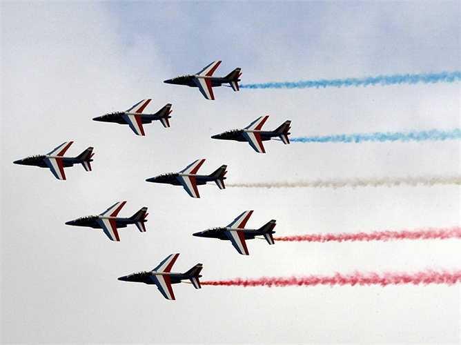 Màn trình diễn hoành tráng mở màn cho Paris Air Show - triển lãm hàng không quốc tế Paris lần thứ 51 của đội Patrouille de France vào ngày khai mạc 15/6 vừa qua.