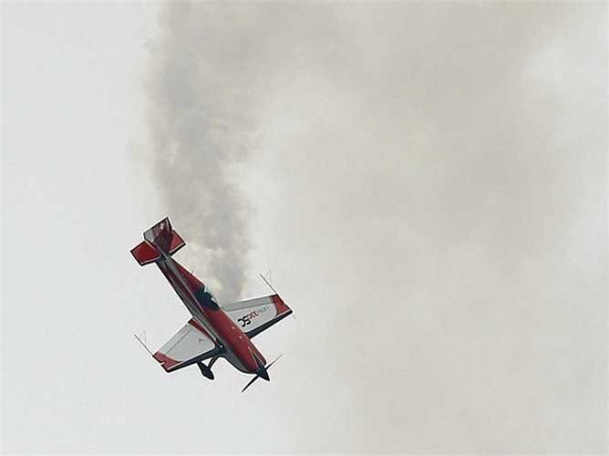 Màn trình diễn nhào lộn trên không của chiếc may bay nhào lộn C33.