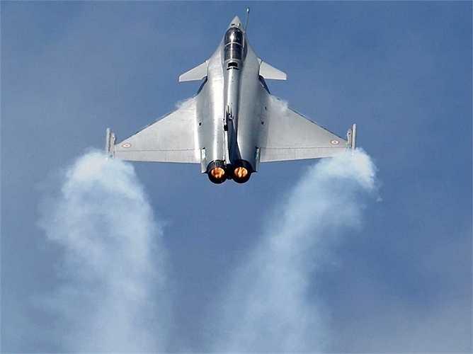 Màn trình diễn lên thẳng của chiếc máy bay chiến đấu Frech Rafele của hãng Dassault.
