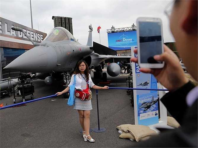 Những chiếc máy bay chiến đấu còn gây ấn tượng ngay trên mặt đất, được khách tham quan thích thú chụp ảnh lưu niệm.