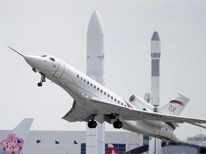 Máy bay phản lực Falcon 8X của hãng Dassault thể hiện màn trình diễn trên không của mình.